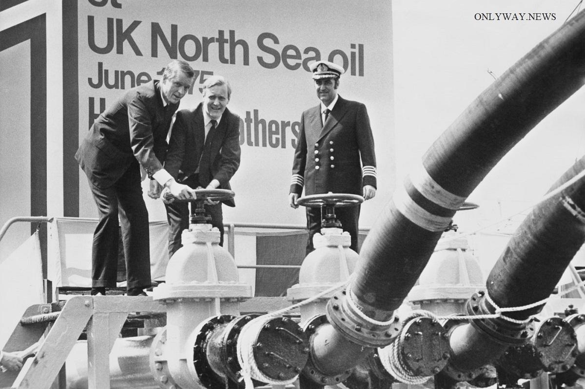 Государственный секретарь Британской рабочей партии по энергетике Тони Бенн (в центре) на нефтеперерабатывающем заводе BP в 1975 году