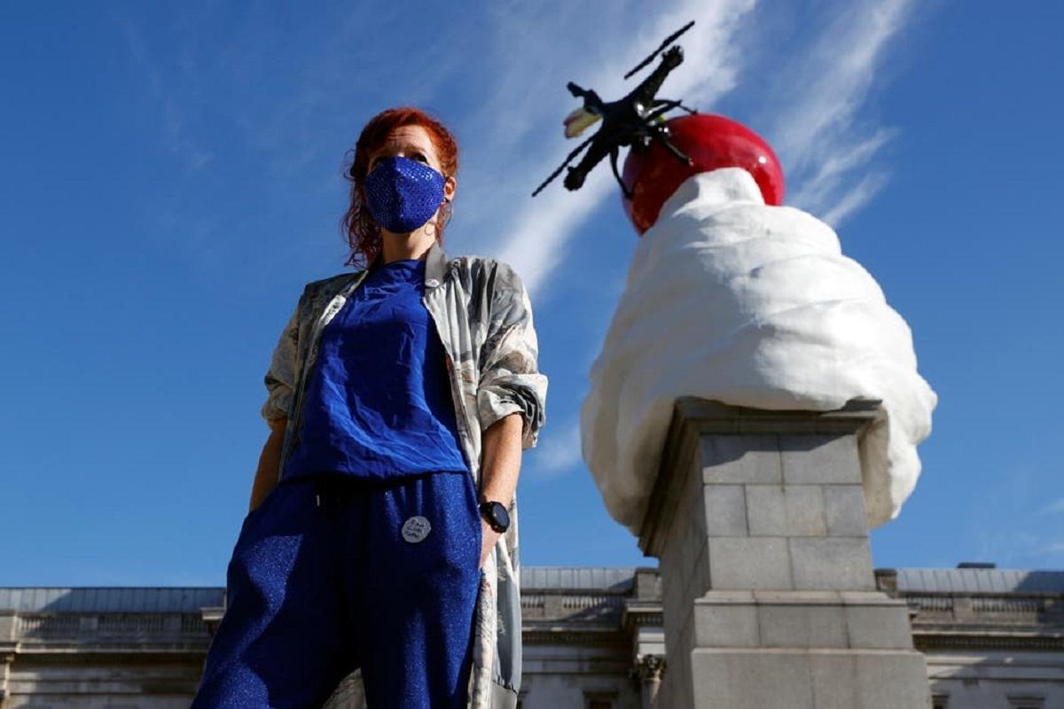 Cкульптура на Трафальгарской площади «Конец» Хизер Филлипсон, изображающая дрон на вершине вишни вихря взбитых сливок