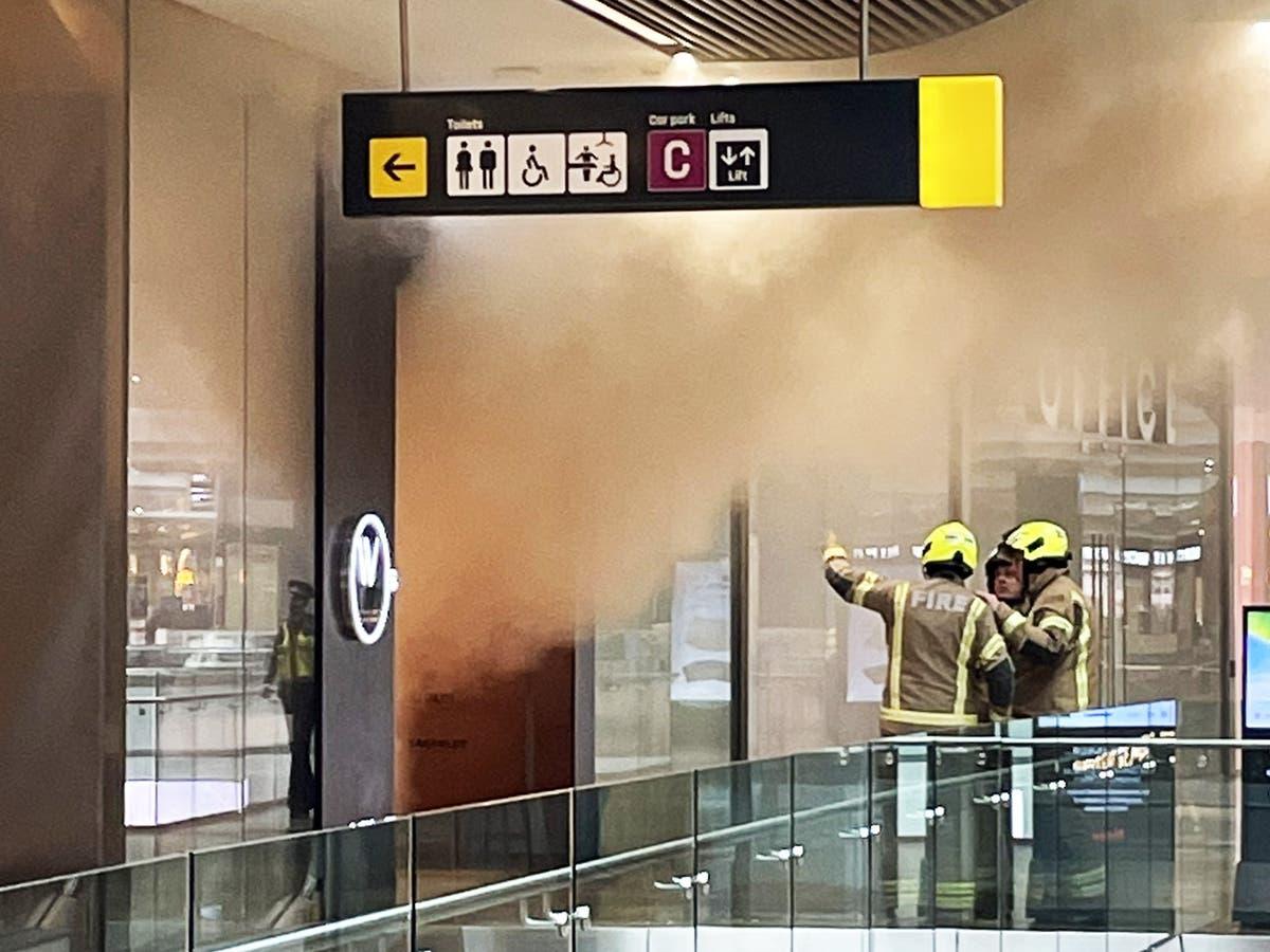 Торговый центр в Лондоне был эвакуирован после того, как в магазине вспыхнул пожар, сообщили экстренные службы.